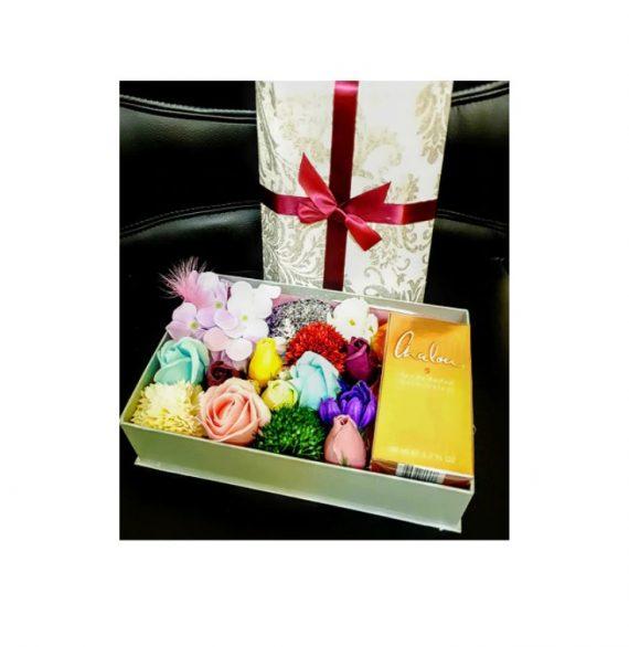 Cutie Cadou cu flori de sapun si parfum Chalou Gold, 20 cm