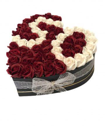 Aranjament floral, cifra 50, cutie inima neagra