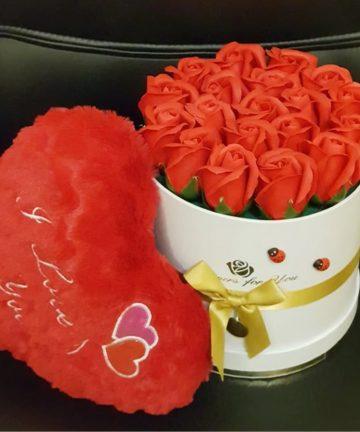 Aranjament floral cu 18 trandafiri de sapun in cutie model inima