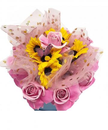 Aranjament floral cu trandafiri si floarea soarelui de sapun