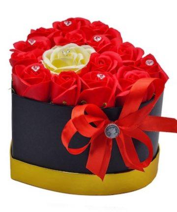 Aranjament floral cutie cu trandafiri sapun-1