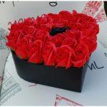 Cutie in forma de inima , cu 21 trandafiri de sapun-1